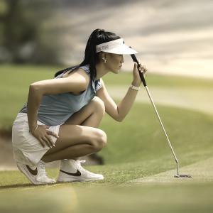 Michelle Wie lining up a putt